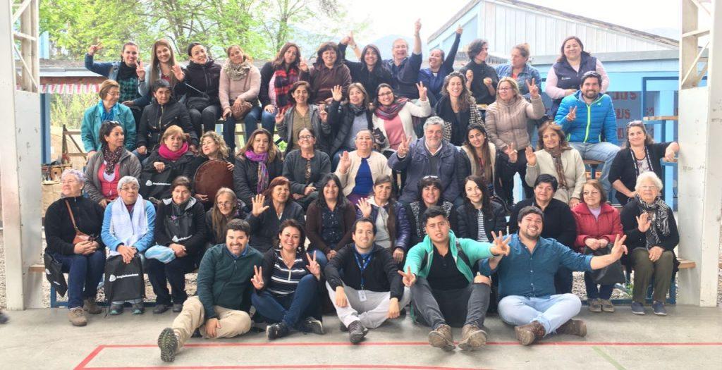 Usuarios, autoridades locales, representantes de las instituciones que colaboran y las talleristas en Escuela El Cobre-La Colonia de Catemu, durante el lanzamiento del ciclo 2018 del programa.