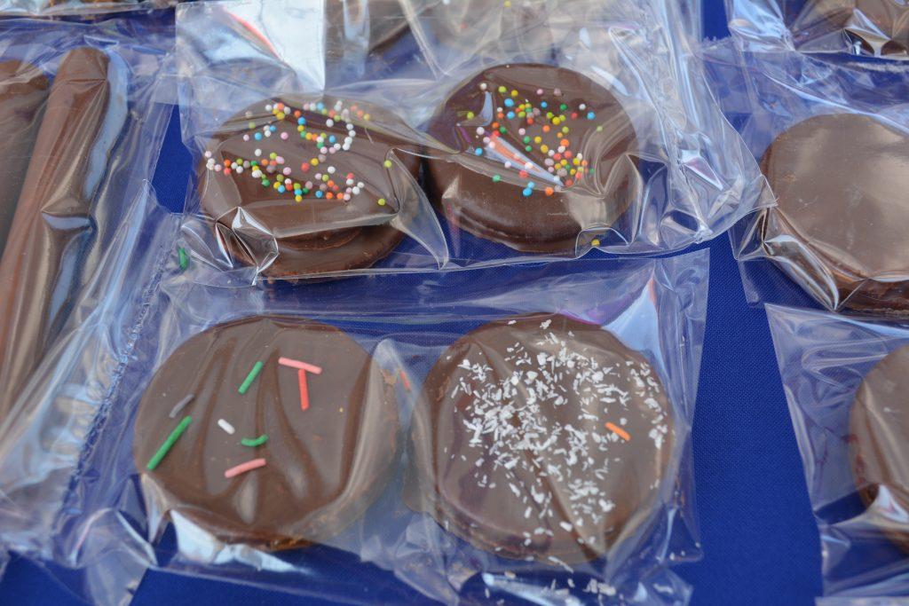 Alfajores cubiertos con chocolate y rellenos con manjar, guinda, durazno o frutilla: $500 la bolsa con dos unidades.