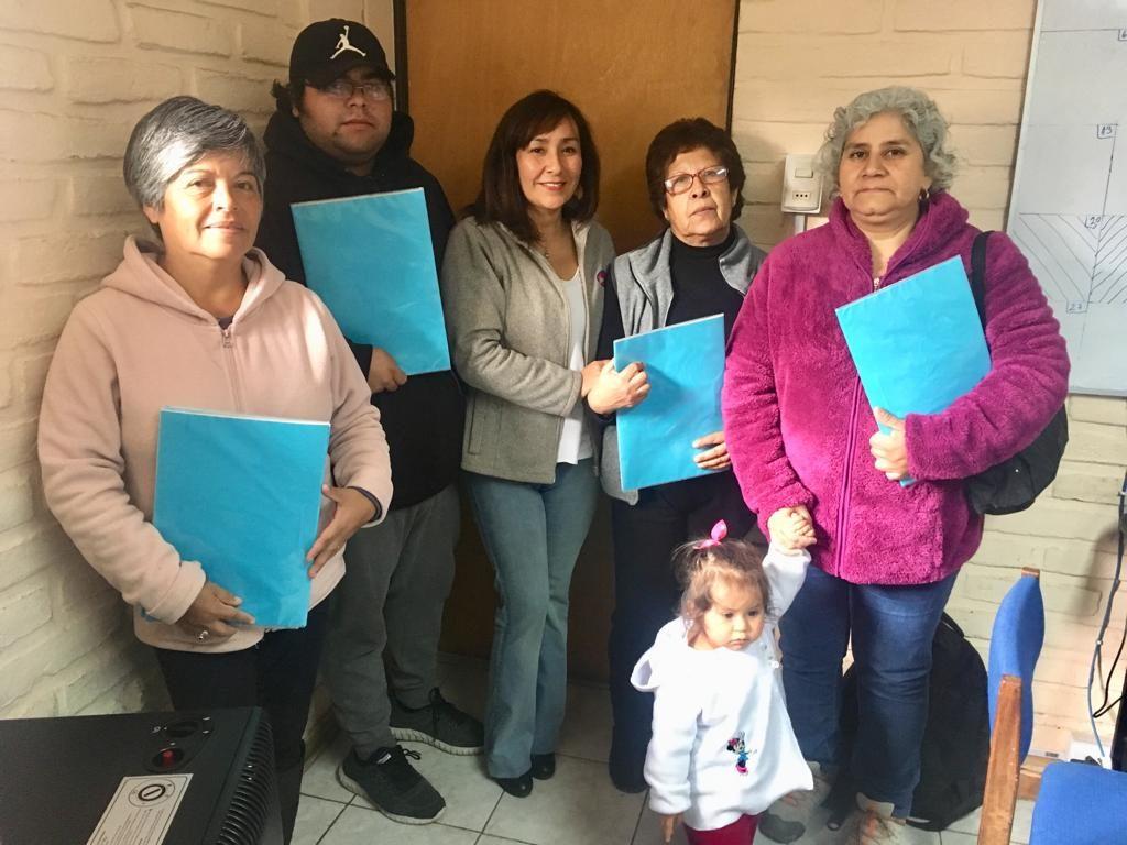 Sopraval ha entregado las Bases del Fondo Concursable en varias organizaciones de La Calera y Nogales. En la imagen, junto a dirigentes de Nogales.