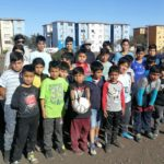 Jean Fuentes Astorga junto a niños y niñas de la Escuela de Fútbol Juventud Artificio.