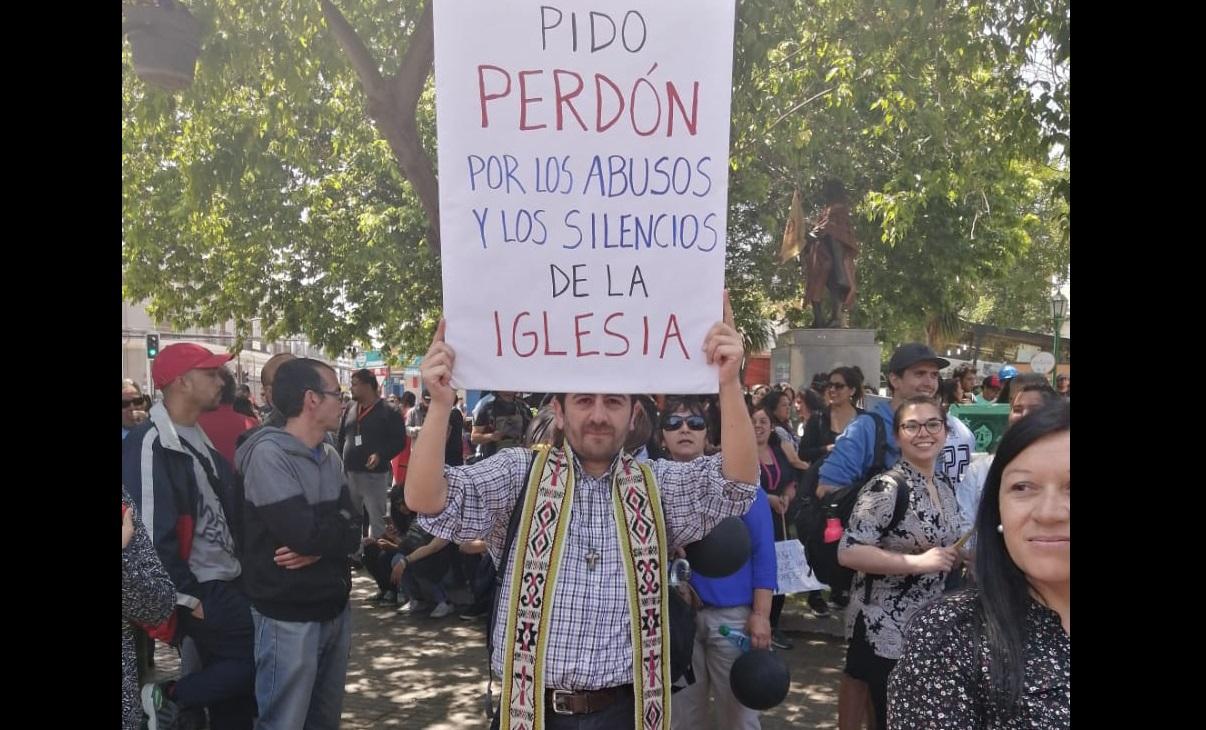 """""""Pido perdón"""": El cartel de un sacerdote de Quillota que sacó aplausos en la marcha - El Observador"""