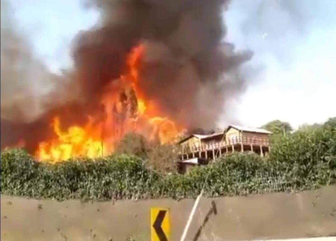 Incendio amenaza a viviendas en el sector de Santa Rosa de Colmo - El Observador