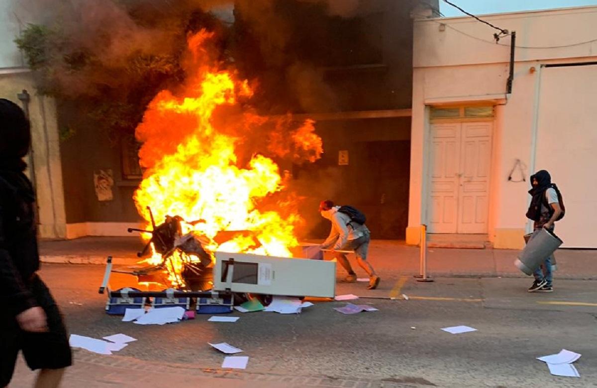 [VIDEOS] Atacan Comisaría de Carabineros, Gobernación y Fiscalía en Quillota - El Observador