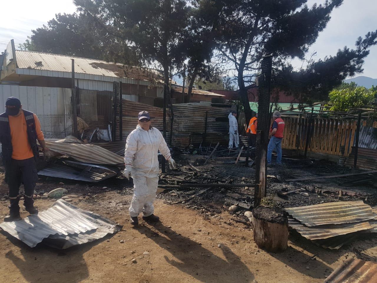 [FOTOS] Quillota: Incendio destruyó una vivienda y dos automóviles en San Isidro - El Observador