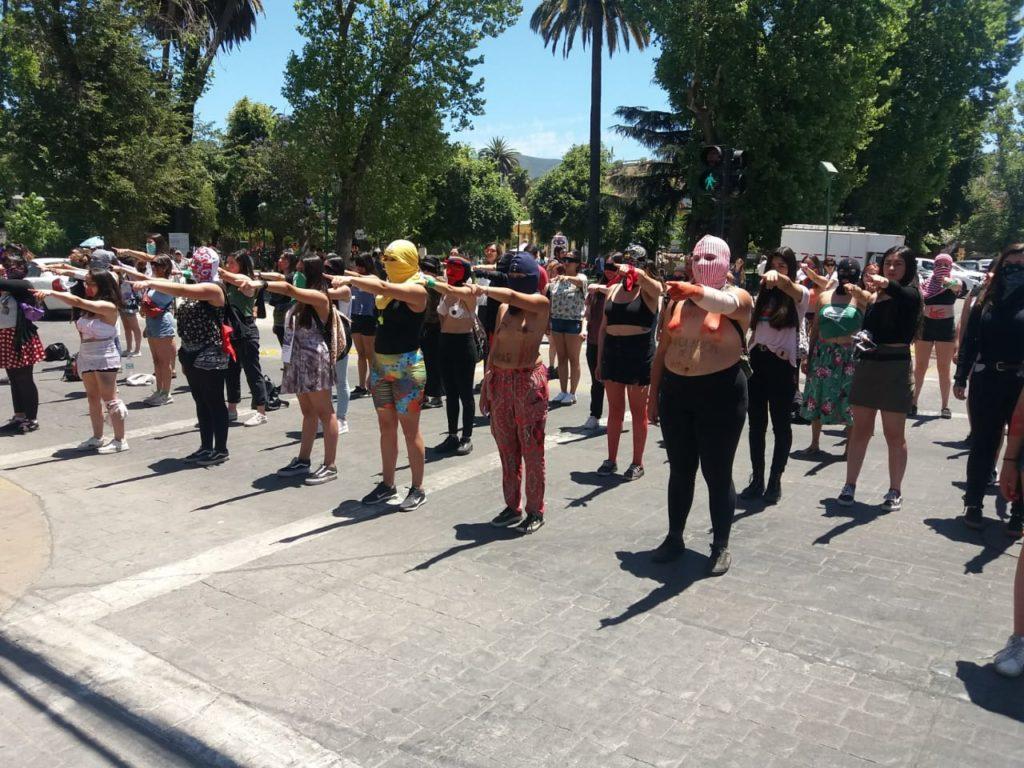 Mujeres replican en Morelia la protesta feminista iniciada en Chile